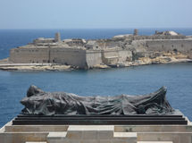 古铜下落的战士雕象盛大港口马耳他 免版税库存照片