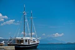 运输与为航行准备的希腊旗子的名为自由 免版税库存照片