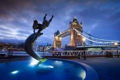 塔桥梁在日落&晚上暮色伦敦,英国,英国 库存照片