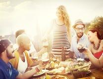 Приятельство друга обедая торжество вися вне концепцию Стоковое Изображение RF