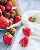在箱子的新鲜的草莓,未加工的食物,夏天莓果,有选择性 免版税库存照片