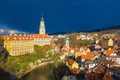 与剧烈的风雨如磐的天空,捷克的捷克克鲁姆洛夫城堡 库存照片