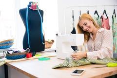 Γυναίκα που χρησιμοποιεί τη ράβοντας μηχανή Στοκ Φωτογραφία