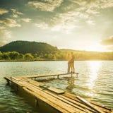Пары обнимают на пристани Стоковое Фото