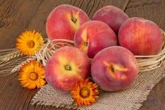 свежие персики жизни все еще Стоковые Фотографии RF