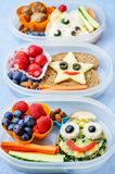 Σχολικά καλαθάκια με φαγητό για τα παιδιά με τα τρόφιμα υπό μορφή αστείων προσώπων Στοκ φωτογραφία με δικαίωμα ελεύθερης χρήσης
