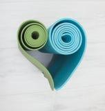 两张瑜伽席子被堆积以心脏的形式 免版税库存照片