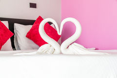 Διαμορφωμένη πετσέτα αγάπη κύκνων Στοκ φωτογραφία με δικαίωμα ελεύθερης χρήσης
