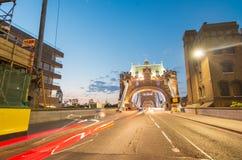 塔桥梁在与城市交通光的晚上,伦敦 库存图片
