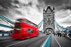 在行动的红色公共汽车在塔桥梁在伦敦,英国 免版税库存图片