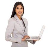 印地安女实业家便携式计算机 免版税库存图片