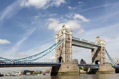 伦敦,英国,著名塔桥梁泰晤士河风景,财政区在背景中 免版税库存图片