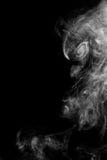 在黑背景的抽象白色烟 免版税库存图片