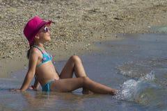 热带海滩的可爱的女孩 免版税库存图片