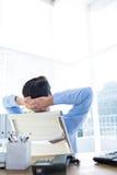 Στοχαστικός επιχειρηματίας στο γραφείο γραφείων Στοκ Φωτογραφίες