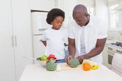 Μαγείρεμα μικρών παιδιών με τον πατέρα του Στοκ φωτογραφία με δικαίωμα ελεύθερης χρήσης
