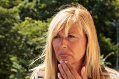 Потревоженный зрелый думать женщины Стоковое Изображение RF