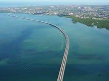 Η εθνική οδός πηγαίνει επάνω από τη θάλασσα, Μπαλί - Ινδονησία Στοκ Εικόνες