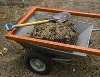 钢现代推车、筛子地面的和金属铲起 免版税库存图片