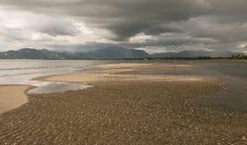 在风暴前的空的海滩 库存照片