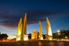 曼谷,泰国的民主纪念碑在晚上射击了 免版税库存照片