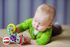 与明亮的玩具的婴孩戏剧 图库摄影