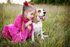 有狗的女孩 图库摄影