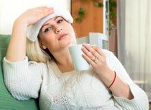 ощупывание предпосылки изолированное над больной белой женщиной Стоковые Фотографии RF