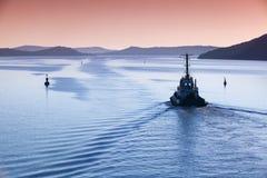 Βάρκα ρυμουλκών εν εξελίξει στη στενή δίοδο Στοκ εικόνα με δικαίωμα ελεύθερης χρήσης