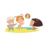 дети пляжа играя волейбол Стоковые Изображения