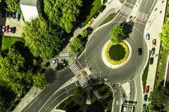环形交通枢纽的空中照片与草的在 库存照片