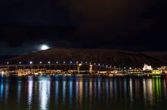 特罗姆瑟桥梁夜视图有光的在市特罗姆瑟 库存照片