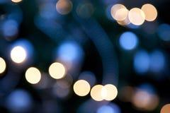 Φωτεινά φω'τα στο σκούρο μπλε υπόβαθρο νύχτας Στοκ εικόνα με δικαίωμα ελεύθερης χρήσης