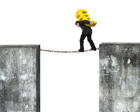 运载金黄欧洲标志的商人平衡在生锈的链子 免版税图库摄影