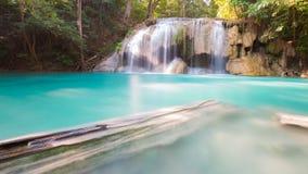 蓝色小河瀑布在深密林 免版税库存照片