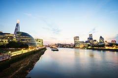 在日落,英国的伦敦地平线英国 泰晤士河,碎片,香港大会堂 免版税库存照片