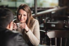 在酒吧的夫妇约会 免版税库存照片