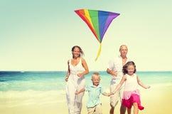 家庭海滩享受假日夏天概念 免版税图库摄影
