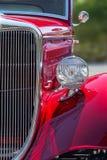 在红色的苹果糖,正面图细节的时髦的美国旧车改装的高速马力汽车 图库摄影