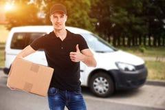 усмехаться работника доставляющего покупки на дом Стоковое Изображение