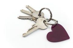 在白色和心脏隔绝的钥匙 免版税库存图片
