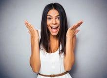 Πορτρέτο μιας ευτυχούς κατάπληκτης γυναίκας Στοκ εικόνες με δικαίωμα ελεύθερης χρήσης