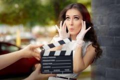 惊奇的女演员射击电影场面 免版税库存照片