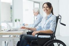 轮椅的微笑的女商人 免版税库存图片