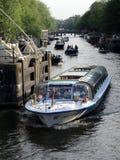 运河巡航小船在阿姆斯特丹 库存照片