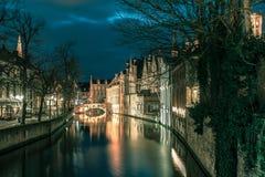夜塔贝尔福和绿色运河在布鲁日 免版税库存图片