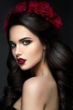 秀丽时装模特儿与玫瑰的女孩画象 免版税库存图片