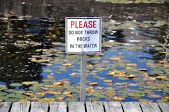 不要投掷在水标志的岩石 图库摄影