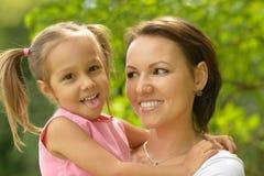 有母亲的小女孩在公园 免版税库存图片