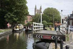 在纽伯里英国英国摇摆在运河的路桥梁 免版税库存图片